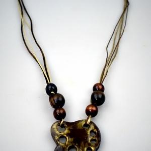Akár egy levél, Ékszer, Nyaklánc, Agyag medál, mely 6-7 cm-es, 36-36 cm-es selyemzsinórral  és 4 kisebb, 2 nagyobb barna fagolyóval le..., Meska