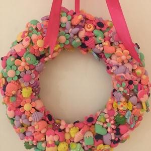 Cuki cukorkás nagyon színes ajtókopogtató, Otthon & Lakás, Dekoráció, Ajtódísz & Kopogtató, Virágkötés, Szalma koszorú alapra készített műanyag színes apróságokkal díszített ajtókopogtató. 20 cm átmérőjű ..., Meska