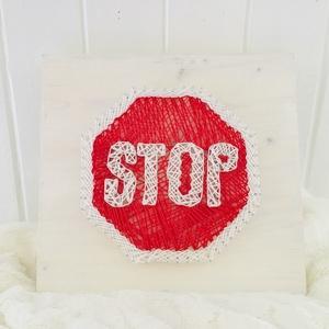 Stop tábla cérna kép, Otthon & lakás, Dekoráció, Kép, Festett tárgyak, Újrahasznosított alapanyagból készült termékek, A stop tábla cérna képet egy különleges technikával készítettük el.\nString Art azaz, fa alap, szögek..., Meska