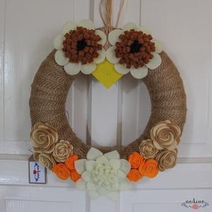Bagoly formájú őszi koszorú filc virágokkal, jutával bevonva, Lakberendezés, Otthon & lakás, Ajtódísz, kopogtató, Dekoráció, Koszorú, Mindenmás, Ez a dekoratív koszorú a filc virágokkal egy bájos baglyot ábrázol. Színeinek és a felhasznált anyag..., Meska