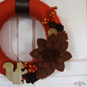 Narancssárga koszorú filcvirágokkal és fa mókussal - otthon & lakás - dekoráció - ajtódísz & kopogtató - Meska.hu