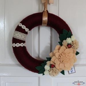 Karácsonyi elegáns bordó koszorú puha filc virágokkal,  gyönggyel borított termésekkel, csipkével, adventi kopogtató, Dekoráció, Otthon & lakás, Lakberendezés, Ajtódísz, kopogtató, Koszorú, Mindenmás, Ez a dekoratív koszorú meleg, finom színeinek  és a virágoknak köszönhetően nagyszerű üdvözlés az aj..., Meska