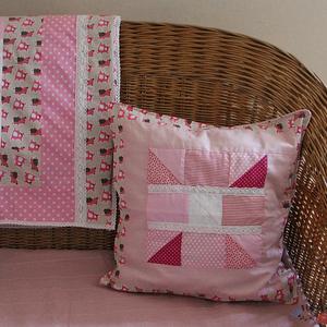 Rózsaszín patchwork párnahuzat csipke díszítéssel, mackó mintával (46 x 46 cm), Párna & Párnahuzat, Lakástextil, Otthon & Lakás, Patchwork, foltvarrás, Varrás, Foltvarrásos technikával készült díszpárna huzat. A rózsaszín különböző árnyalataival készült, a sze..., Meska
