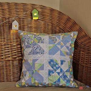 Kék patchwork párnahuzat csipkével, díszpárna (39 x 39 cm), Párna & Párnahuzat, Lakástextil, Otthon & Lakás, Patchwork, foltvarrás, Varrás, Foltvarrásos technikával készült díszpárnahuzat. Üde pasztell színek, mint kék, szürke, zöld kombiná..., Meska