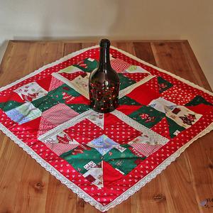 Dekoratív, csipkés karácsonyi, adventi terítő patchwork technikával, Dekoráció, Otthon & lakás, Lakberendezés, Lakástextil, Terítő, Patchwork, foltvarrás, Varrás, Dekoratív karácsonyi terítő foltvarrásos technikával készítve. A színek és minták varázslatos karács..., Meska