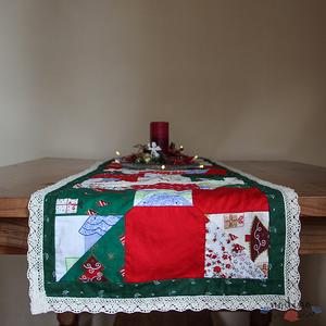 Dekoratív, csipkés karácsonyi, adventi futó patchwork technikával, Dekoráció, Otthon & lakás, Lakberendezés, Lakástextil, Terítő, Patchwork, foltvarrás, Varrás, Dekoratív karácsonyi futó terítő foltvarrásos technikával készítve. A színek és minták varázslatos k..., Meska
