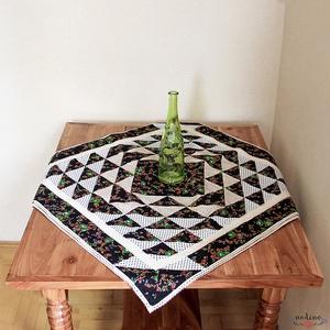 Négyszögletes virágmintás patchwork terítő csipkével dekorálva (fekete, fehér, zöld, narancssárga) 83 x 83 cm , Dekoráció, Otthon & lakás, Lakberendezés, Lakástextil, Terítő, Patchwork, foltvarrás, Varrás, Dekoratív négyszögletes  patchwork terítő. Nagyon üde színfoltja lehet lakásodnak élénk színeinek és..., Meska
