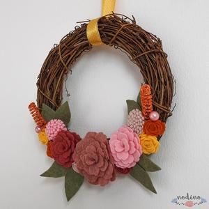 Tavaszi szőlővessző koszorú rózsaszín és narancssárga filc virágokkal, dekoráció sárga pöttyös szalaggal  (nodino) - Meska.hu
