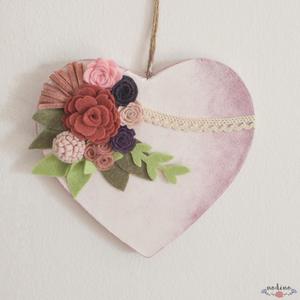 Romantikus rózsaszín, fehér szív filc virágokkal, bézs színű csipkével , Dekoráció, Otthon & lakás, Lakberendezés, Ajtódísz, kopogtató, Szerelmeseknek, Ünnepi dekoráció, Mindenmás, Festett tárgyak, Ez a romantikus szív kitűnő ajándék a társunknak. Fő témája a különböző árnyalatú rózsákból álló kom..., Meska