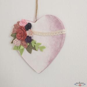 Romantikus rózsaszín, fehér szív filc virágokkal, bézs színű csipkével  (nodino) - Meska.hu
