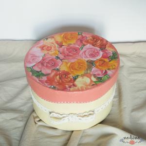 Sárga színű, köralakú örökrózsa doboz csipkével díszítve. 14 Illatos filc rózsa  (nodino) - Meska.hu
