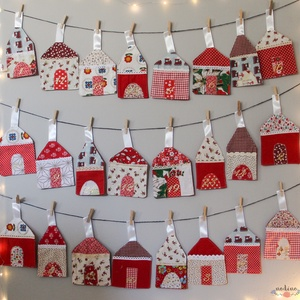Adventi naptár, akasztós, arannyal számozott naptár csipkés házikókkal, karácsonyi mintával (24 darab), Karácsonyi, adventi apróságok, Baba-mama-gyerek, Adventi naptár, Gyerekszoba, Varrás, Patchwork, foltvarrás, Mesebeli havas kis falut idéz fel ez a 24 házacskából álló adventi naptár. Mindegyik házikó különbö..., Meska