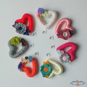 Szív alakú,  filc virágokkal díszített hűtőmágnes , Konyhafelszerelés, Otthon & lakás, Hűtőmágnes, Dekoráció, Lakberendezés, Mindenmás, Borítsd virágba, varázsold romantikussá hűtődet, mágnestábládat! Tökéletes dekoráció a lakás bármely..., Meska