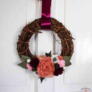 Filc rózsás szőlővessző koszorú bordó és rózsaszín virágokkal, dekoráció bordó szalaggal , Otthon & lakás, Dekoráció, Lakberendezés, Ajtódísz, kopogtató, Koszorú, Mindenmás,  Barna szőlővessző alapon a bordó és a rózsaszín különböző árnyalataiból készült virágok egy finom c..., Meska