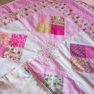 Csipkés rózsaszín patchwork babatakaró, applikált kutya mintával, mackó mintával  (100 x 82 cm) (nodino) - Meska.hu
