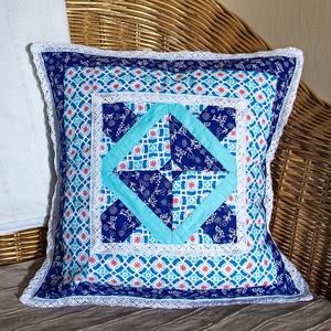 Patchwork díszpárnahuzat kék és türkizkék színben fehér csipkével díszítve (több változat) (nodino) - Meska.hu