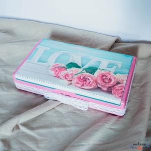 """Rózsaszínű és türkiz színű """"LOVE"""" feliratos dobozka fehér csipkével , Lakberendezés, Otthon & lakás, Tárolóeszköz, Doboz, Szerelmeseknek, Ünnepi dekoráció, Dekoráció, Decoupage, transzfer és szalvétatechnika, Festett tárgyak, Ez a kis szögletes dobozka a szerelmeseknek készült. A gyöngyházhatás és az ezüstös díszítés ragyogó..., Meska"""