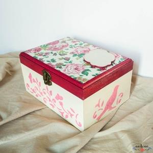 Személyes üzenettel ellátható, négyszögletes fa dobozka rózsaszín és bézs színekben, Lakberendezés, Otthon & lakás, Tárolóeszköz, Doboz, Dekoráció, Decoupage, transzfer és szalvétatechnika, Festett tárgyak, Ez a fa dobozka tökéletes dekoráció vagy ajándék darab lehet. Alapmotívuma a rózsa, ami visszatér a ..., Meska