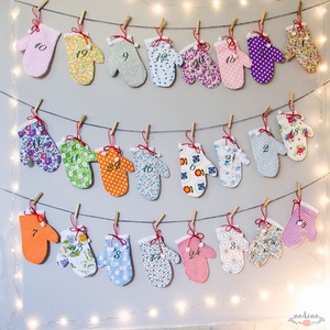 Adventi naptár, akasztós színes kesztyű naptár, csipke díszítéssel, karácsonyi dekoráció (24 darab), Karácsony, Ünnepi dekoráció, Dekoráció, Otthon & lakás, Adventi naptár, Varrás, Festett tárgyak, Vidám egyujjas, a telet idéző kesztyűkbe könnyen elrejthetjük a gyerekek adventi meglepetéseit. Mind..., Meska