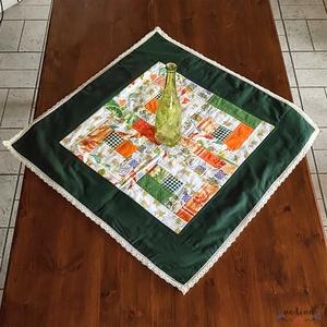 Négyszögletes vidám mintás patchwork terítő csipkével dekorálva (fehér, zöld, narancssárga) 73 x 73 cm , Otthon & Lakás, Konyhafelszerelés, Terítő, Patchwork, foltvarrás, Varrás, Meska