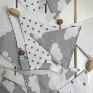 Felhős füzér, fa golyókkal, Baba-mama-gyerek, Gyerekszoba, Mobildísz, függődísz, Varrás, Szürke-fehér színvilágból állítottam össze ezt a 250 cm hosszú füzért, ami 11 zászlóból áll.Közé fű..., Meska