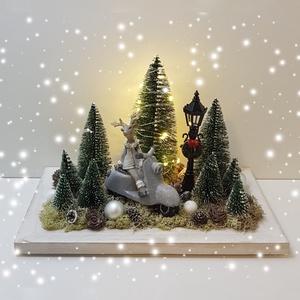 Szarvasos karácsonyi dísz, Otthon & Lakás, Dekoráció, Asztaldísz, Virágkötés, Szarvasos karácsonyi dísz\nA dísz fal alapra került elhelyezésre, amit termések, kerámia figura díszí..., Meska