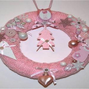 Rózsaszín/fehér/natúr karácsonyi ajtódísz, Ajtódísz & Kopogtató, Dekoráció, Otthon & Lakás, Kötés, Kézzel kötött, csavart mintával készült, világoskék alapon rózsaszín, fehér és natúr díszítésű karác..., Meska
