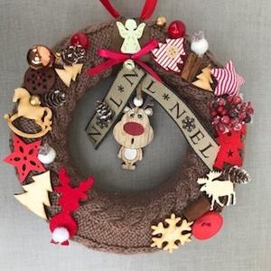 Kézzel kötött egyedi mókás rénszarvasos barna piros kopogtató Noel felirattal, Karácsonyi kopogtató, Karácsony & Mikulás, Otthon & Lakás, Kötés, Horgolás, Kézzel kötött, csavart mintás alapra készült piros-fehér és natur színekben díszített karácsonyi kop..., Meska