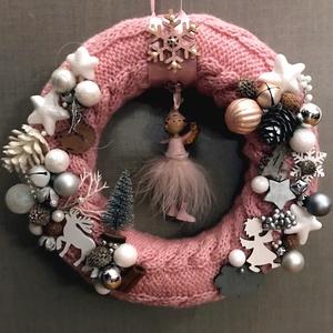 Rózsaszín csajos kézzel kötött alapú karácsonyi ajtódísz Tütü és tüllszoknya, Ajtódísz & Kopogtató, Dekoráció, Otthon & Lakás, Kötés, Horgolás, Kézzel kötött, csavart mintával készült, babarózsaszín alapon rózsaszín, fehér és natúr díszítésű ka..., Meska