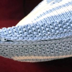 Egyedi tervezésű kézzel kötött fehér kék nyuszis mintás díszpárna párnahuzat (noesz65) - Meska.hu