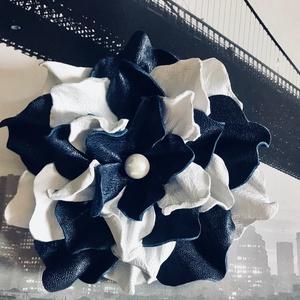Bőr Virág bross kitűző hajdísz fehér sötétkék tengerész Balatoni nyár kontraszt kézzel készített handmade zero waste , Ékszer, Kitűző, bross, Táska, Divat & Szépség, Kulcstartó, táskadísz, Bőrművesség, Újrahasznosított alapanyagból készült termékek, Kézzel készített, egyedi, nagy, igazi bőrből virág kitűző, hajdísz sötétkék fehér trendi színekben e..., Meska