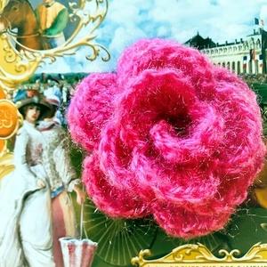Rózsa klipsz hajcsat pink mohair fonalból nagy horgolt rózsával, közepén kis gyöngy díszítéssel, Ékszer, Esküvő, Hajdísz, ruhadísz, Táska, Divat & Szépség, Szépség(ápolás), Fürdőszobai kellék, Kötés, Horgolás, Újra nagyon trendinek minősülnek a '80-as, '90-es évek hajviseletei. A klipsz és csitt-csattok, fran..., Meska