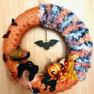 Halloween seprűn lovagoló tolldíszes kalapos boszis cicás denevéres kézzel kötött hangulatos kopogtató vagy ajtódísz, Otthon & Lakás, Dekoráció, Ajtódísz & Kopogtató, Kötés, Baba-és bábkészítés, Kézzel kötött, csavart mintával, narancs alapon szürke árnyalatú és fekete effekt, ún. szempilla fon..., Meska