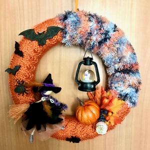 Halloween seprűn lovagoló tolldíszes kalapos boszis töklámpás denevéres kézzel kötött hangulatos kopogtató vagy ajtódísz, Otthon & Lakás, Dekoráció, Ajtódísz & Kopogtató, Kötés, Baba-és bábkészítés, Kézzel kötött, csavart mintával, narancs alapon szürke árnyalatú és fekete effekt, ún. szempilla fon..., Meska