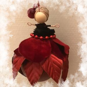 Karácsonyi dísz gömb tündér vörös bársony gyöngy drót baba vörös jeges üveggömb mikulásvirág, Otthon & Lakás, Karácsony & Mikulás, Karácsonyfadísz, Baba-és bábkészítés, Varrás, Egyedi kézzel készült nagyméretű karácsonyfadísz, jeges vöröses üveggömbön ülő mikulásvirág tündér v..., Meska