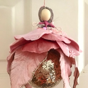Karácsonyi dísz gömb tündér púder rózsaszín bársony selyem gyöngy drót baba púder rózsaszín arany üveggömb mikulásvirág, Otthon & Lakás, Karácsony & Mikulás, Karácsonyfadísz, Baba-és bábkészítés, Varrás, Egyedi kézzel készült nagyméretű karácsonyfadísz, púder pasztel rózsaszín, arany üveggömbön ülő  tün..., Meska