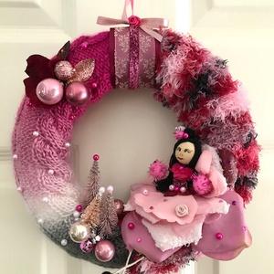 Karácsonyi kopogtató ajtódísz kézzel kötött hangulatos saját készítésű tündérrel pink  magenta rózsaszín árnyalatban, Otthon & Lakás, Dekoráció, Ajtódísz & Kopogtató, Kézzel kötött, csavart mintával pink magenta, fehér, ezüstszürke és mályva rózsaszín árnyalatú  kará..., Meska