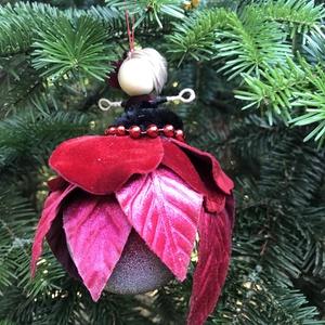 Karácsonyi dísz gömb tündér vörös bársony gyöngy drót baba vörös jeges üveggömb mikulásvirág, Karácsony & Mikulás, Karácsonyfadísz, Baba-és bábkészítés, Varrás, Egyedi kézzel készült nagyméretű karácsonyfadísz, jeges vöröses üveggömbön ülő mikulásvirág tündér v..., Meska