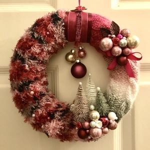 Karácsonyi kopogtató ajtódísz kézzel kötött hangulatos pink  magenta rózsaszín árnyalatban, Otthon & Lakás, Dekoráció, Ajtódísz & Kopogtató, Kötés, Baba-és bábkészítés, Kézzel kötött, csavart mintával pink magenta, fehér, ezüstszürke és mályva rózsaszín árnyalatú  kará..., Meska