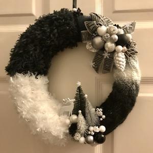 Karácsonyi kopogtató ajtódísz kézzel kötött elegáns fehér fekete szürke árnyalatban, Otthon & Lakás, Dekoráció, Ajtódísz & Kopogtató, Kötés, Baba-és bábkészítés, Kézzel kötött, csavart mintával elegáns fehér, ezüstszürke és éjfekete árnyalatú  karácsonyi adventi..., Meska