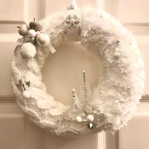 Karácsonyi kopogtató ajtódísz kézzel kötött hangulatos elegáns hófehér és jég árnyalatban, Otthon & Lakás, Dekoráció, Ajtódísz & Kopogtató, Kötés, Baba-és bábkészítés, Kézzel kötött, csavart mintával hófehér árnyalatú  karácsonyi adventi díszítésű hangulatos elegábs k..., Meska