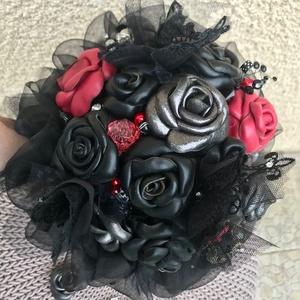Gót (gothic, goth) stílusú valódi bőrrózsás, csipkés, tüll és organza fekete alapú örökcsokor, ballagási csokor, esküvőe, Esküvő, Menyasszonyi- és dobócsokor, Bőrművesség, Ékszerkészítés, Gót (gothic, goth) stílusú valódi bőr virágokból készült egyedi örökcsokor, kézzel készült fekete, e..., Meska