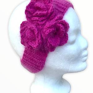 Pihepuha baba fejpánt fülmelegítő természetes pink angora gyapjúfonalból rózsákkal díszitve egyedi tervezés alapján, Ruha & Divat, Kötés, Horgolás, Kézzel kötött, pihepuha téli/tavaszi/őszi baba vagy kislány fejpánt fűlmelegítő pink, magenta rózsas..., Meska