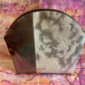 Óriás kozmetikai táska, neszeszer, Táska & Tok, Neszesszer, Varrás, Nagyon elegáns, ezüst műbőrök házasságából született óriás méretű kozmetikai táska. \nMéretei: 23x24x..., Meska