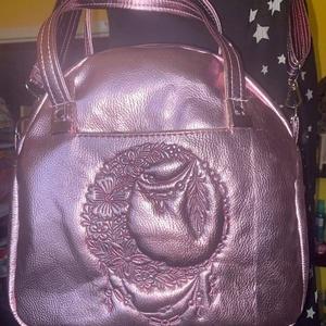 Rosegold hímzett táska, Táska & Tok, Kézitáska & válltáska, Vállon átvethető táska, Hímzés, Varrás, Nagyméretű 26 x 27 x 8 cm vállon átvethető pánttal ellátott rosegold textilbőrből készült kézi- és v..., Meska