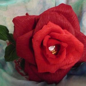 Rocher-rózsa (piros), Csokor & Virágdísz, Dekoráció, Otthon & Lakás, Papírművészet, Virágkötés, Virágkreppből, kézzel készített rózsaszál feldíszítve, melynek két árnyalatú piros szirmai között eg..., Meska