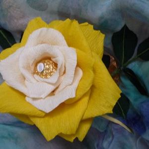 Rocher-rózsa (sárga), Csokor & Virágdísz, Dekoráció, Otthon & Lakás, Papírművészet, Virágkötés, Virágkreppből, kézzel készített rózsaszál feldíszítve, melynek két árnyalatú sárga szirmai között eg..., Meska