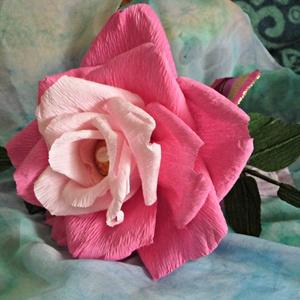Rocher-rózsa (rózsaszín), Csokor & Virágdísz, Dekoráció, Otthon & Lakás, Papírművészet, Virágkötés, Virágkreppből, kézzel készített rózsaszál feldíszítve, melynek két árnyalatú rózsaszín szirmai közöt..., Meska
