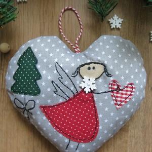 Karácsonyi angyalkás ajtódísz, Karácsonyi kopogtató, Karácsony & Mikulás, Otthon & Lakás, Hímzés, Varrás, Csillagos világosszürke pamutvászon alapon kedves kis angyalka várja, hogy meghozza  az év  legnagyo..., Meska