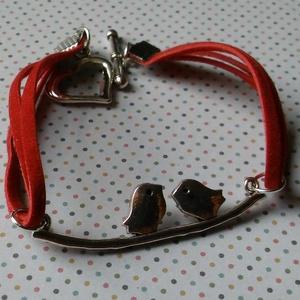 Szerelmes madarak vörös velúr karkötő, Ékszer, Karkötő, Ékszerkészítés, 2×2 szál piros lapos műbőr velúrszálból készítettem antikolt ezüst színű madaras ág kapcsoló elemme..., Meska